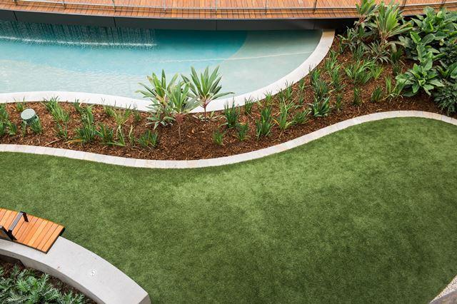 Tuinontwerp aanleg onderhoud kunstgras betonklinkers en afsluitingen de groenbroeders 21